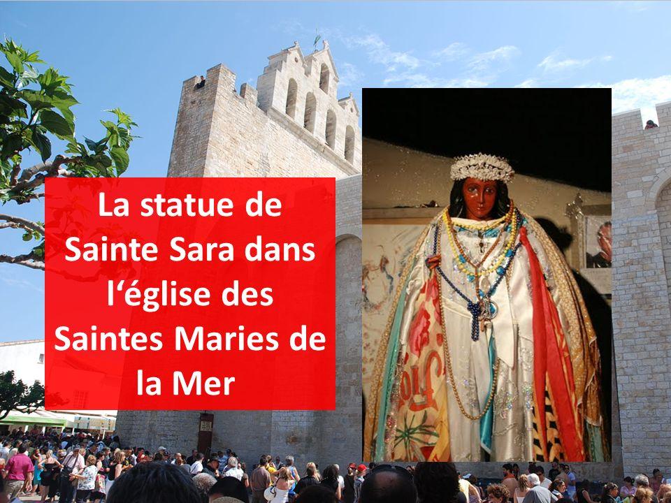 La statue de Sainte Sara est portée de léglise jusquà la mer.