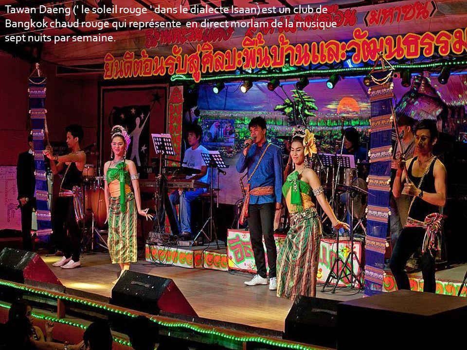 Tawan Daeng ( le soleil rouge dans le dialecte Isaan) est un club de Bangkok chaud rouge qui représente en direct morlam de la musique sept nuits par semaine.