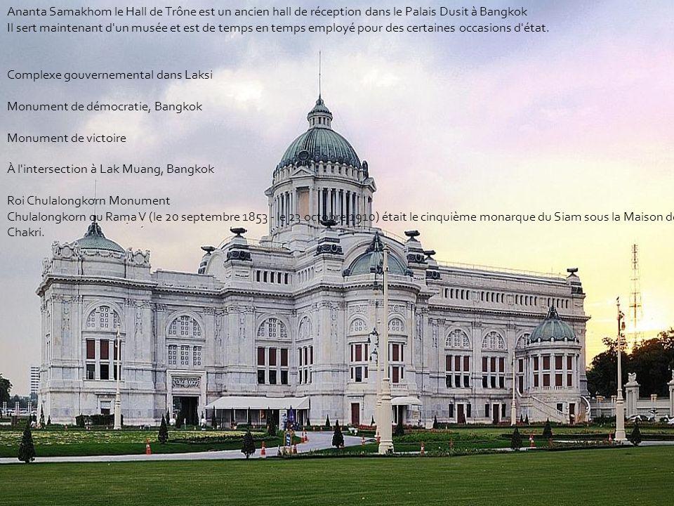 Ananta Samakhom le Hall de Trône est un ancien hall de réception dans le Palais Dusit à Bangkok Il sert maintenant d un musée et est de temps en temps employé pour des certaines occasions d état.