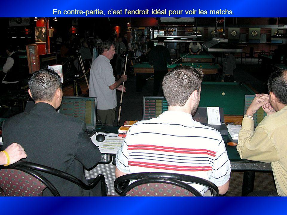 À gauche Pierre Garant, arbitrant un match important.
