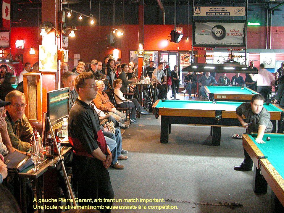 Sur un panneau géant, les participants peuvent consulter les résultats des sept tournois.