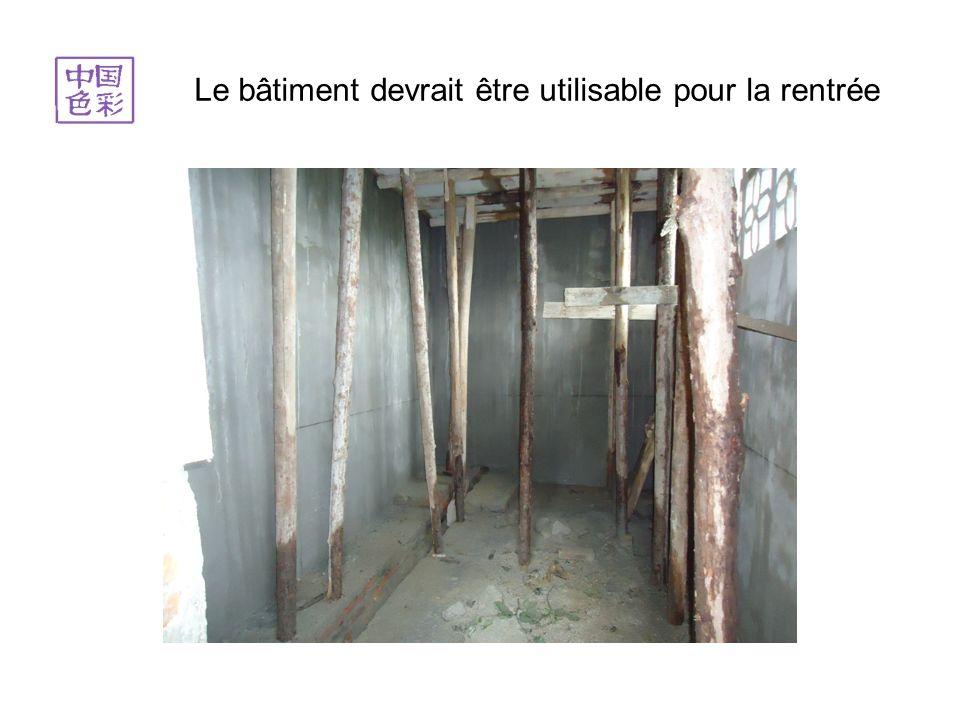 Début septembre 2012 les toilettes sont quasiment terminés. Il sagit du bâtiment blanc