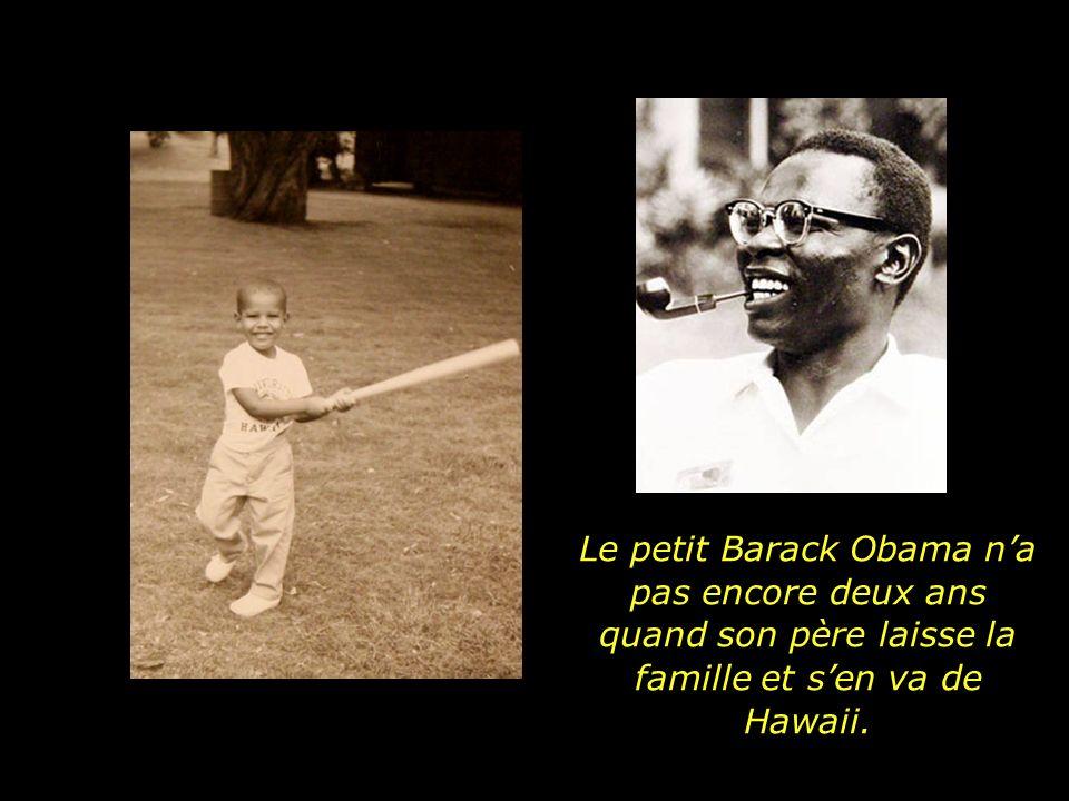 Le petit Barack Obama na pas encore deux ans quand son père laisse la famille et sen va de Hawaii.