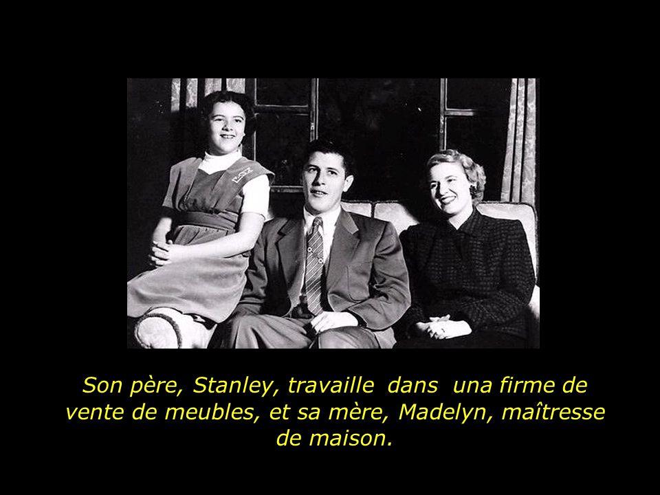 Son père, Stanley, travaille dans una firme de vente de meubles, et sa mère, Madelyn, maîtresse de maison.