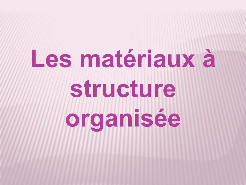 Ce sont des matériaux dont la structure microscopique est ordonnée dans lespace de façon régulière.
