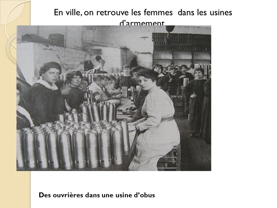 Les femmes qui travaillent dans les usines sont appelées les « munitionnettes ».