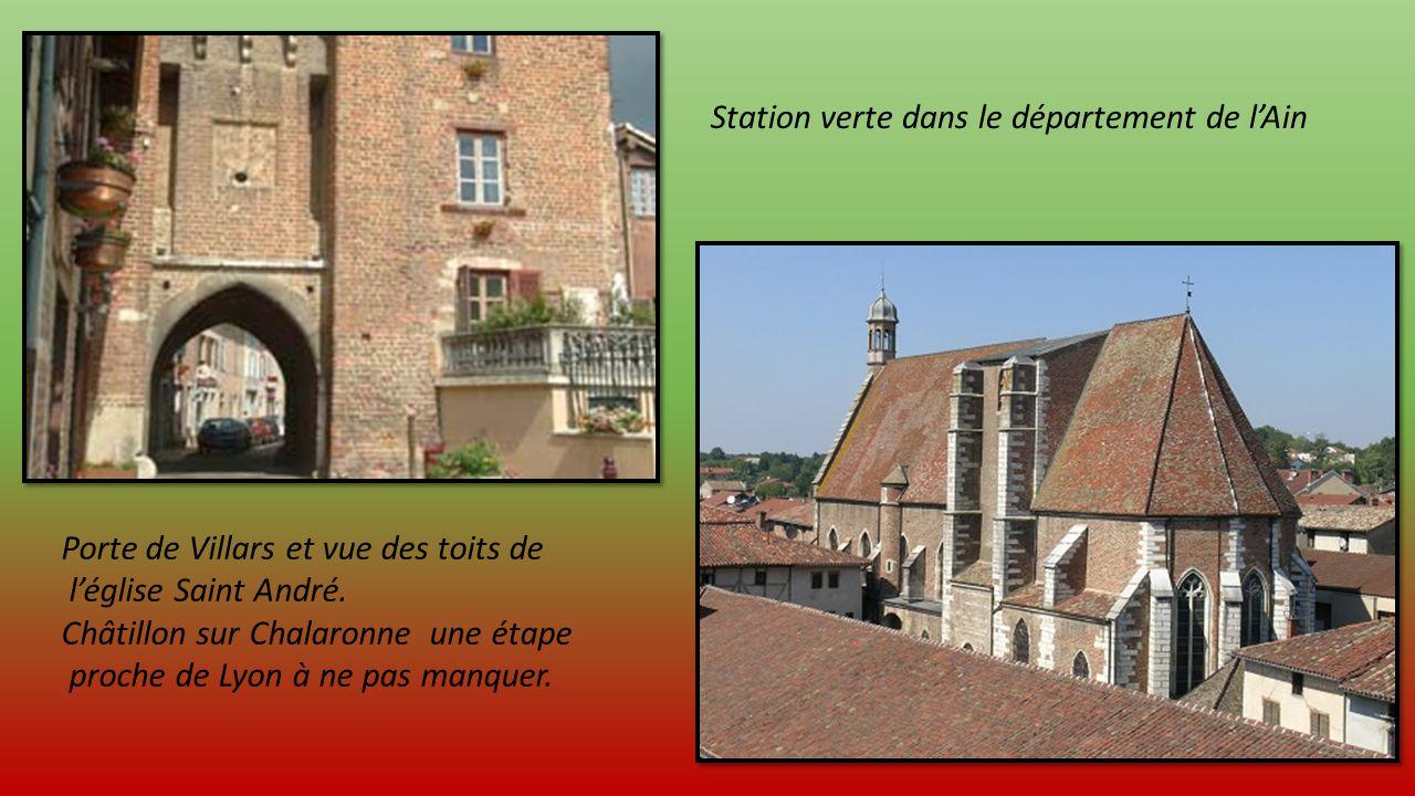 Porte de Villars et vue des toits de léglise Saint André.