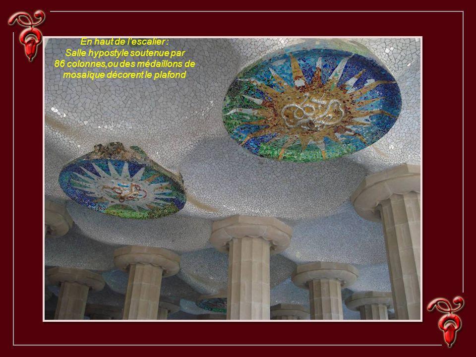 En haut de lescalier : Salle hypostyle soutenue par 86 colonnes,ou des médaillons de mosaïque décorent le plafond