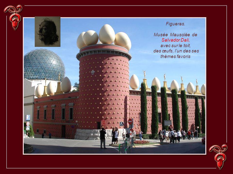 Figueras. Musée Mausolée de Salvador Dali, avec sur le toit, des œufs, lun des ses thèmes favoris