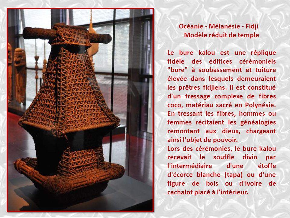 Océanie - Mélanésie - Fidji Modèle réduit de temple Le bure kalou est une réplique fidèle des édifices cérémoniels bure à soubassement et toiture élevée dans lesquels demeuraient les prêtres fidjiens.