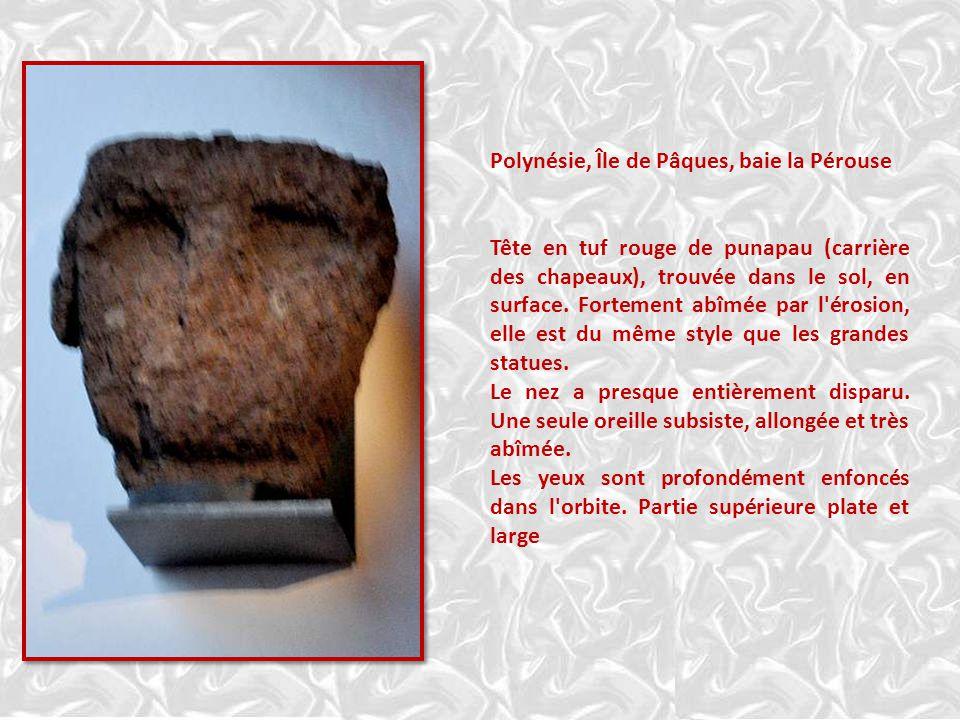 Polynésie, Île de Pâques, baie la Pérouse Tête en tuf rouge de punapau (carrière des chapeaux), trouvée dans le sol, en surface.