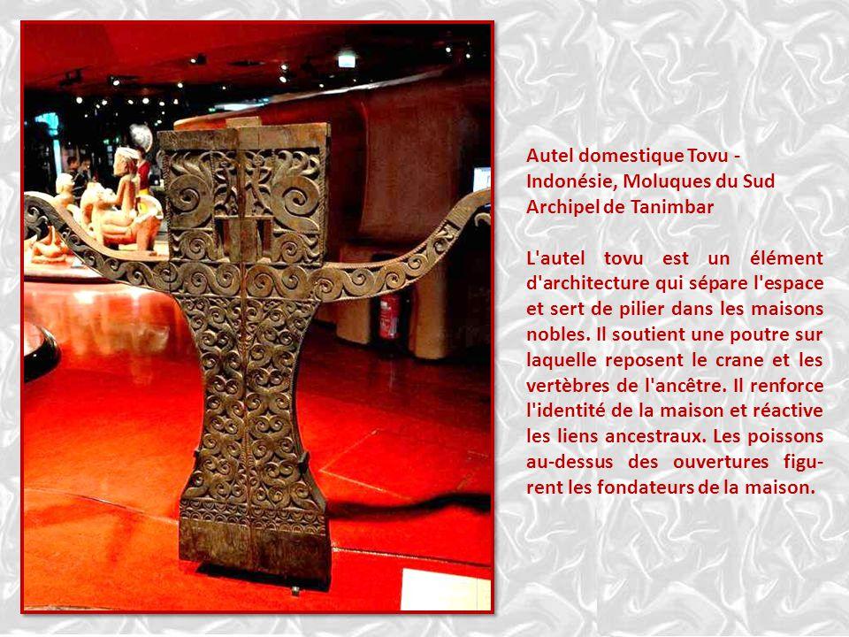 Autel domestique Tovu - Indonésie, Moluques du Sud Archipel de Tanimbar L autel tovu est un élément d architecture qui sépare l espace et sert de pilier dans les maisons nobles.