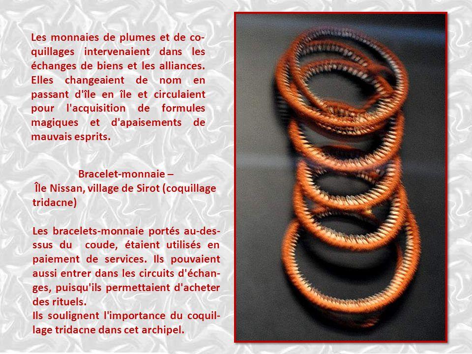 Bracelet-monnaie – Île Nissan, village de Sirot (coquillage tridacne) Les bracelets-monnaie portés au-des- ssus du coude, étaient utilisés en paiement de services.
