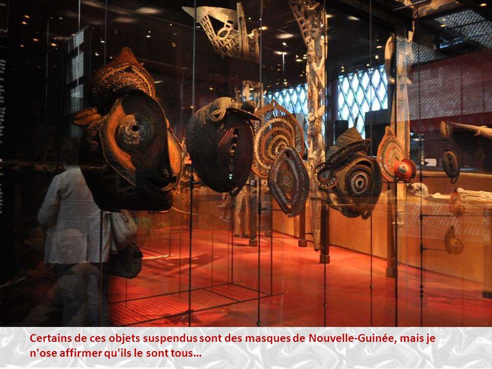 Certains de ces objets suspendus sont des masques de Nouvelle-Guinée, mais je n ose affirmer qu ils le sont tous…