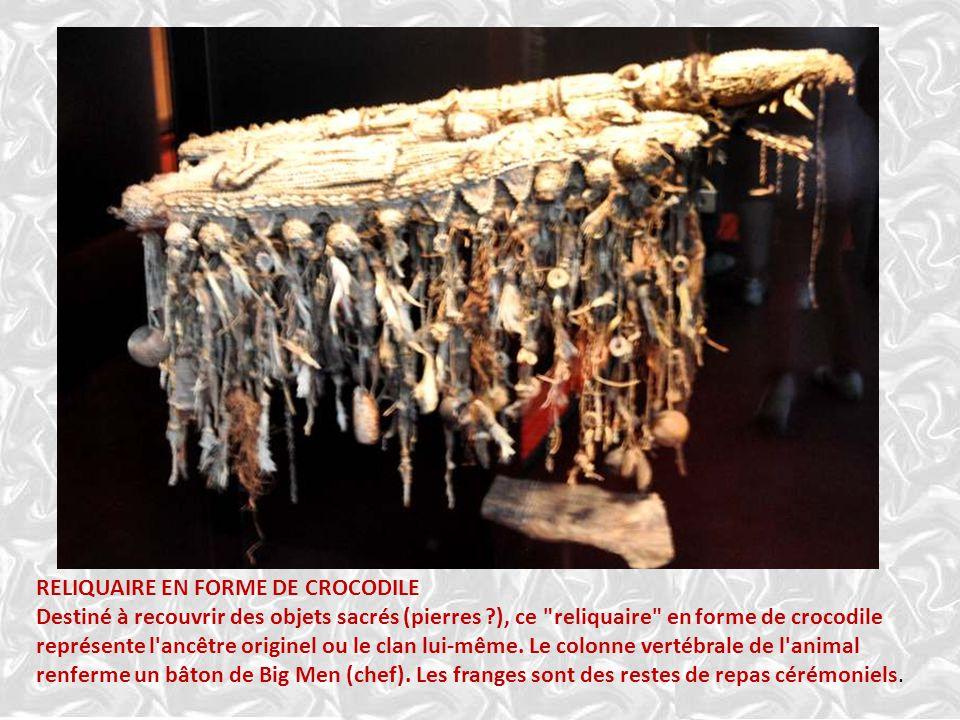 RELIQUAIRE EN FORME DE CROCODILE Destiné à recouvrir des objets sacrés (pierres ?), ce reliquaire en forme de crocodile représente l ancêtre originel ou le clan lui-même.