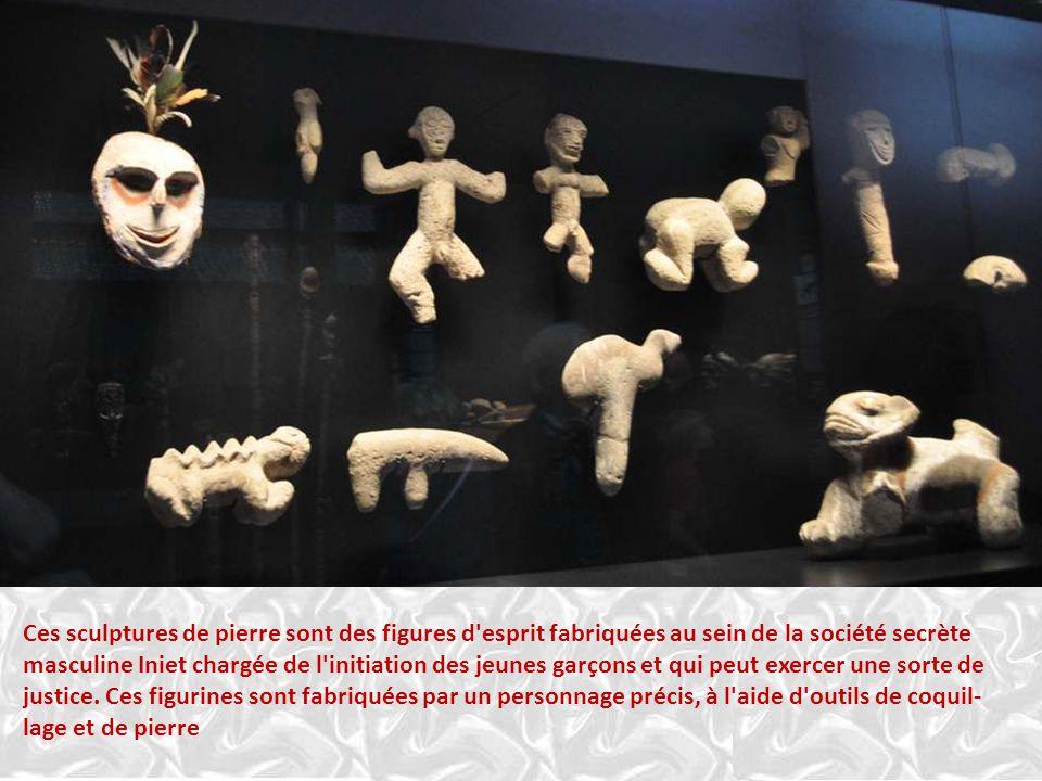 Ces sculptures de pierre sont des figures d esprit fabriquées au sein de la société secrète masculine Iniet chargée de l initiation des jeunes garçons et qui peut exercer une sorte de justice.