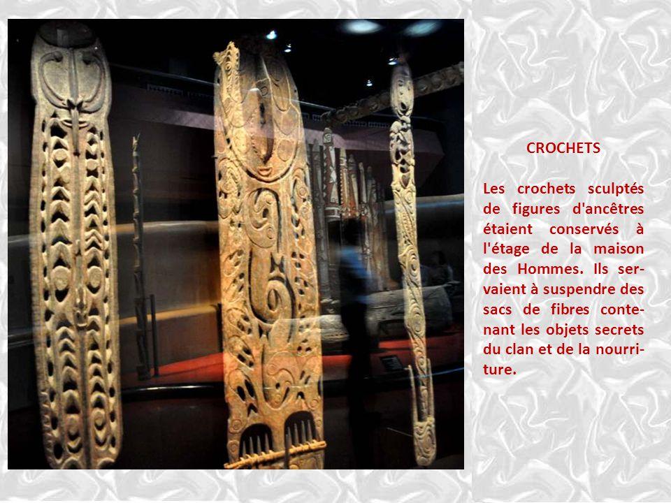 CROCHETS Les crochets sculptés de figures d ancêtres étaient conservés à l étage de la maison des Hommes.