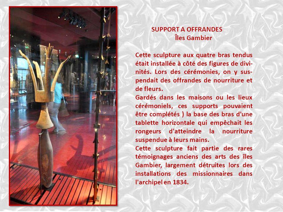 SUPPORT A OFFRANDES Îles Gambier Cette sculpture aux quatre bras tendus était installée à côté des figures de divi- nités.