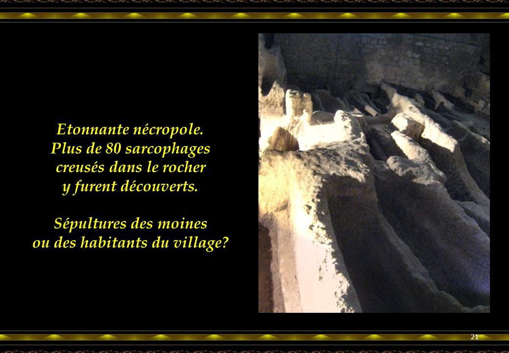 Etonnante nécropole.Plus de 80 sarcophages creusés dans le rocher y furent découverts.