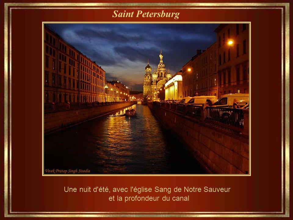 Saint Petersburg Une nuit d été, avec l église Sang de Notre Sauveur et la profondeur du canal