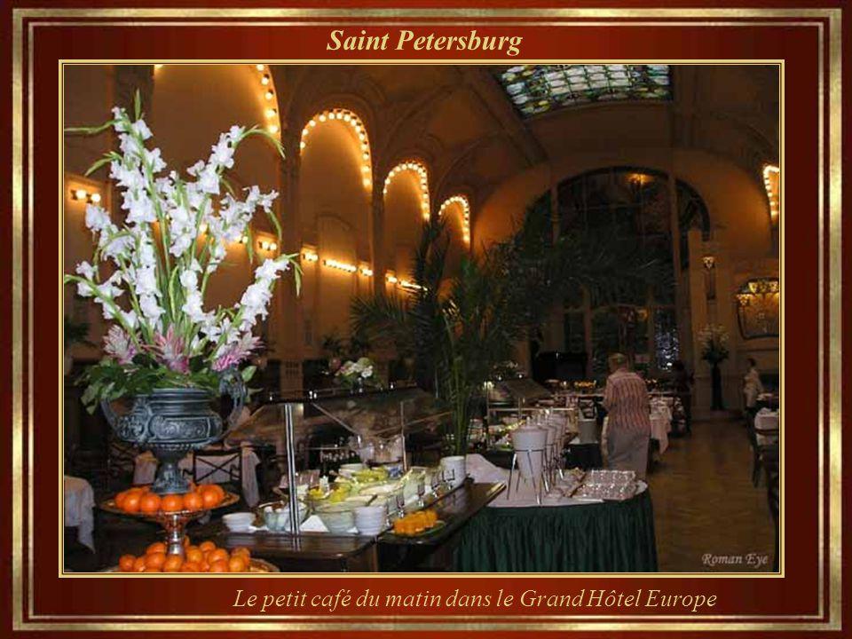 Saint Petersburg Le petit café du matin dans le Grand Hôtel Europe