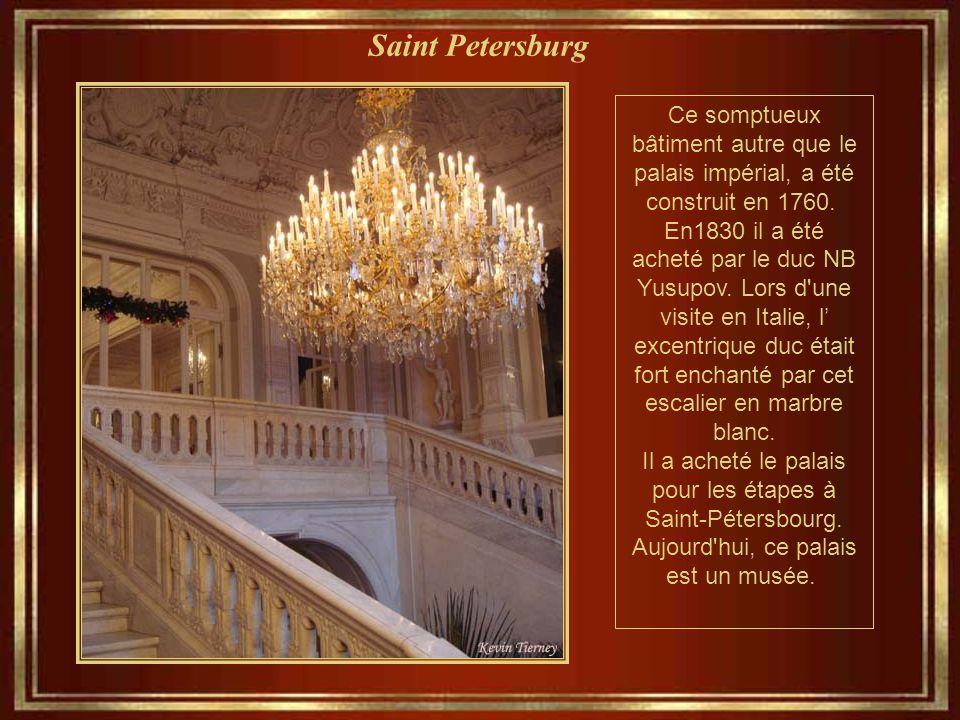 Saint Petersburg Ce somptueux bâtiment autre que le palais impérial, a été construit en 1760.