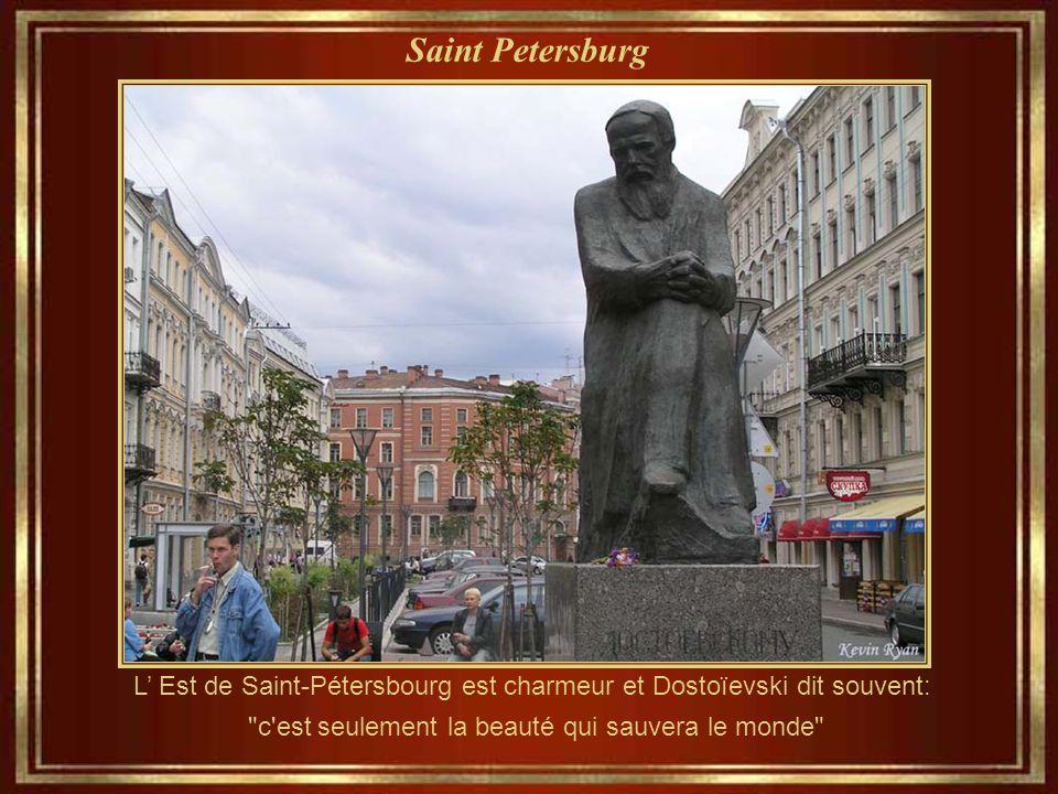 Saint Petersburg L' Est de Saint-Pétersbourg est charmeur et Dostoïevski dit souvent: c est seulement la beauté qui sauvera le monde