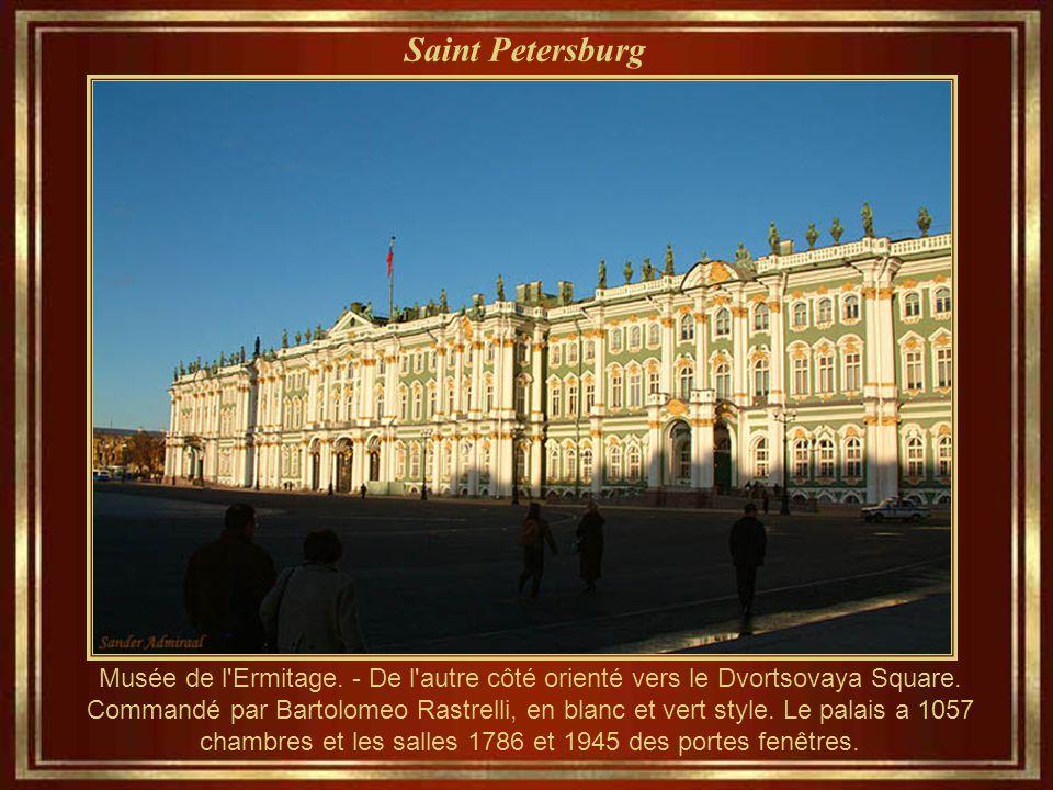 Saint Petersburg Musée de l Ermitage.- De l autre côté orienté vers le Dvortsovaya Square.