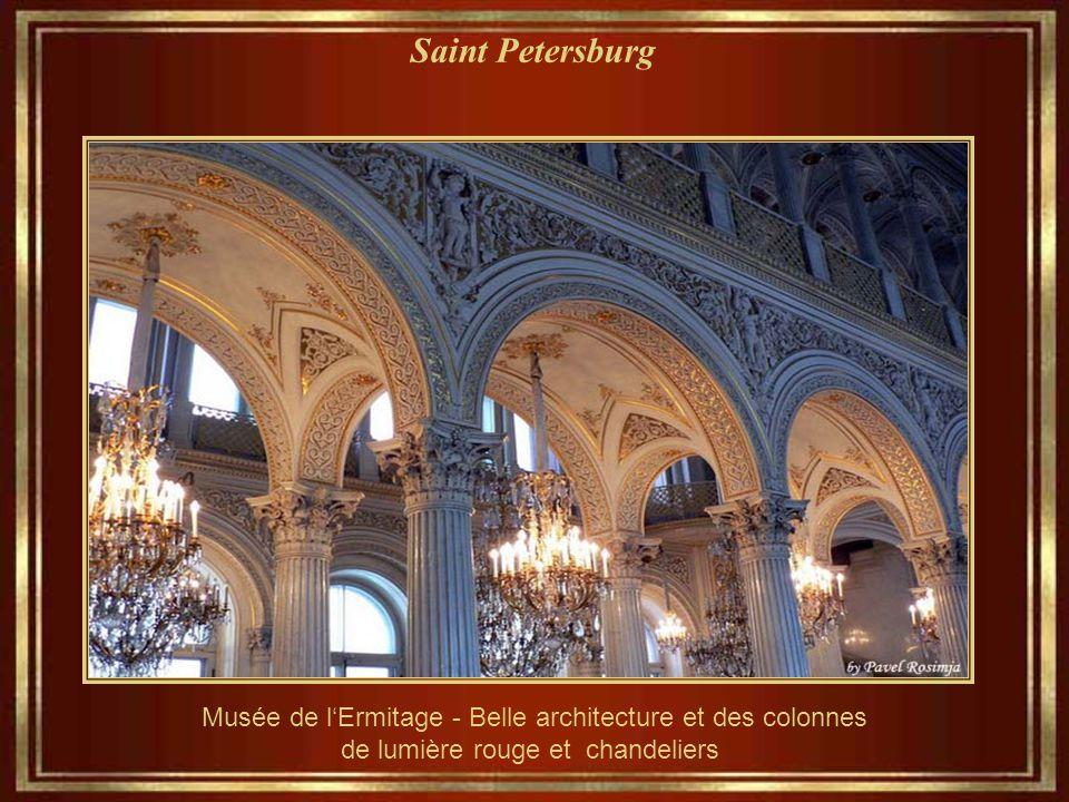 Saint Petersburg Musée de l'Ermitage - Belle architecture et des colonnes de lumière rouge et chandeliers