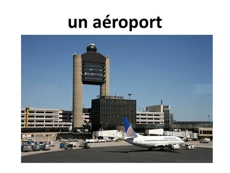 Un aéroport. une aérogare un avion Un hall.