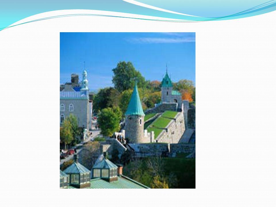 Des hauteurs de Québec, il y a 4,6 kilomètres de murs et trois portes qui protègent le cœur de la vieille ville.