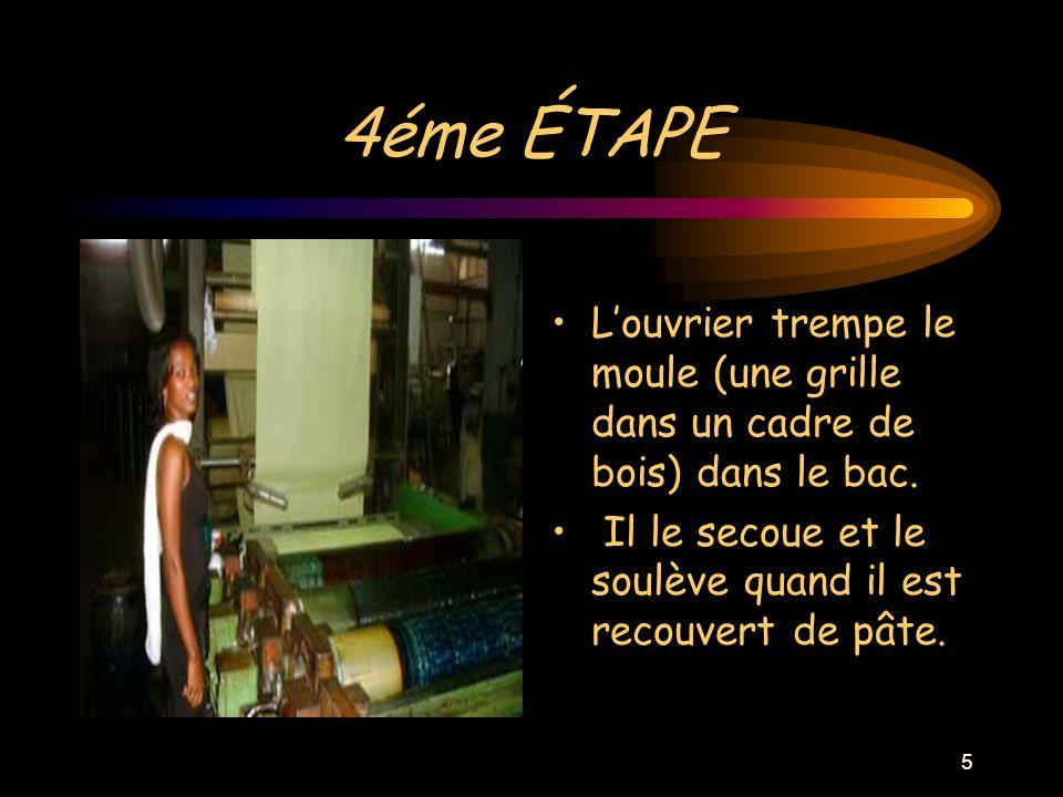 5 4éme ÉTAPE Louvrier trempe le moule (une grille dans un cadre de bois) dans le bac.