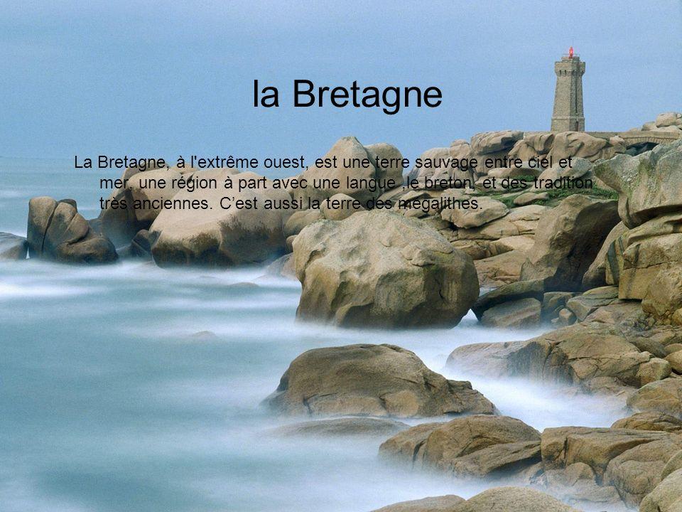 la Bretagne La Bretagne, à l extrême ouest, est une terre sauvage entre ciel et mer, une région à part avec une langue,le breton, et des tradition très anciennes.