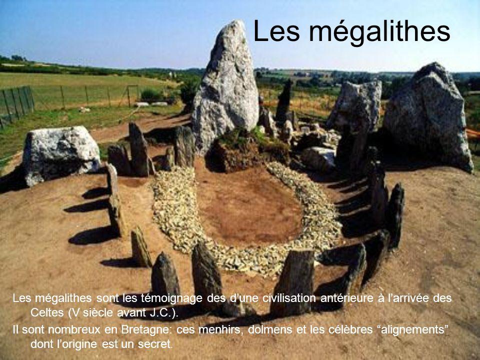 Les mégalithes Les mégalithes sont les témoignage des dune civilisation antérieure à larrivée des Celtes (V siècle avant J.C.).