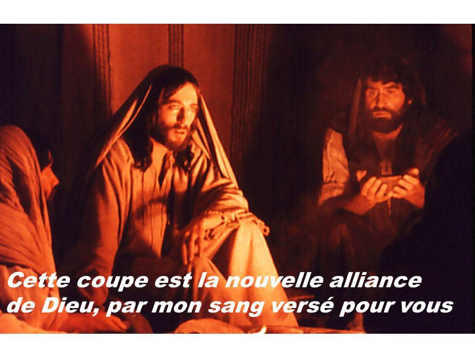 Cette coupe est la nouvelle alliance de Dieu, par mon sang versé pour vous