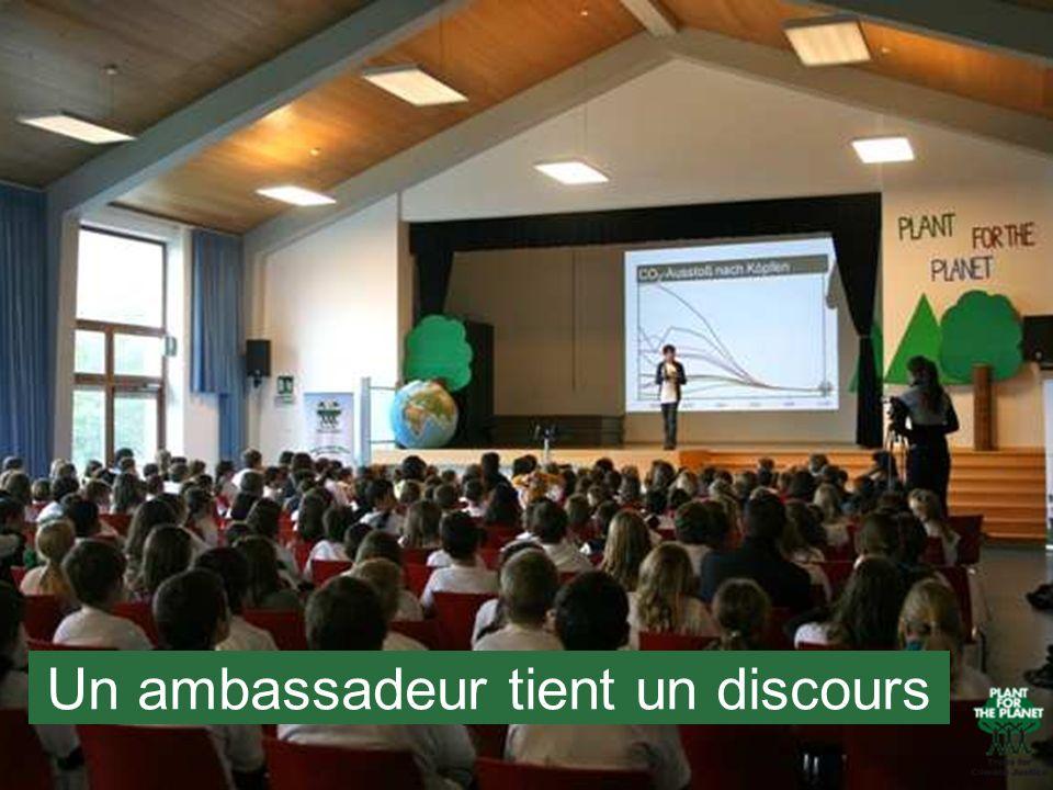 Un ambassadeur tient un discours