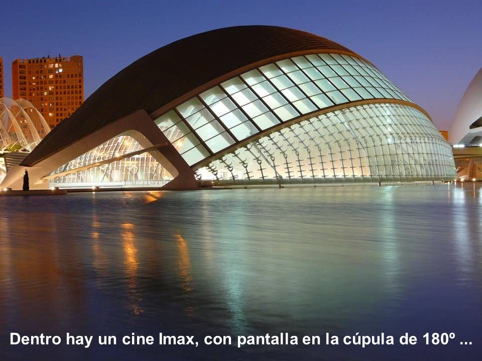 Dentro hay un cine Imax, con pantalla en la cúpula de 180º ...