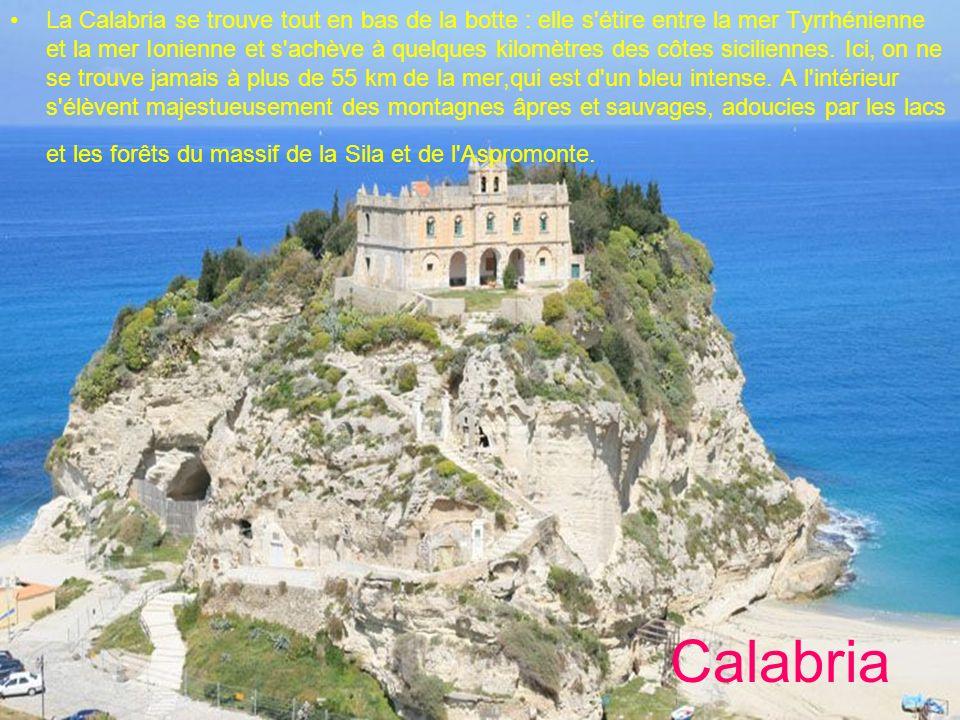 La Calabria se trouve tout en bas de la botte : elle s étire entre la mer Tyrrhénienne et la mer Ionienne et s achève à quelques kilomètres des côtes siciliennes. Ici, on ne se trouve jamais à plus de 55 km de la mer,qui est d un bleu intense. A l intérieur s élèvent majestueusement des montagnes âpres et sauvages, adoucies par les lacs et les forêts du massif de la Sila et de l Aspromonte.