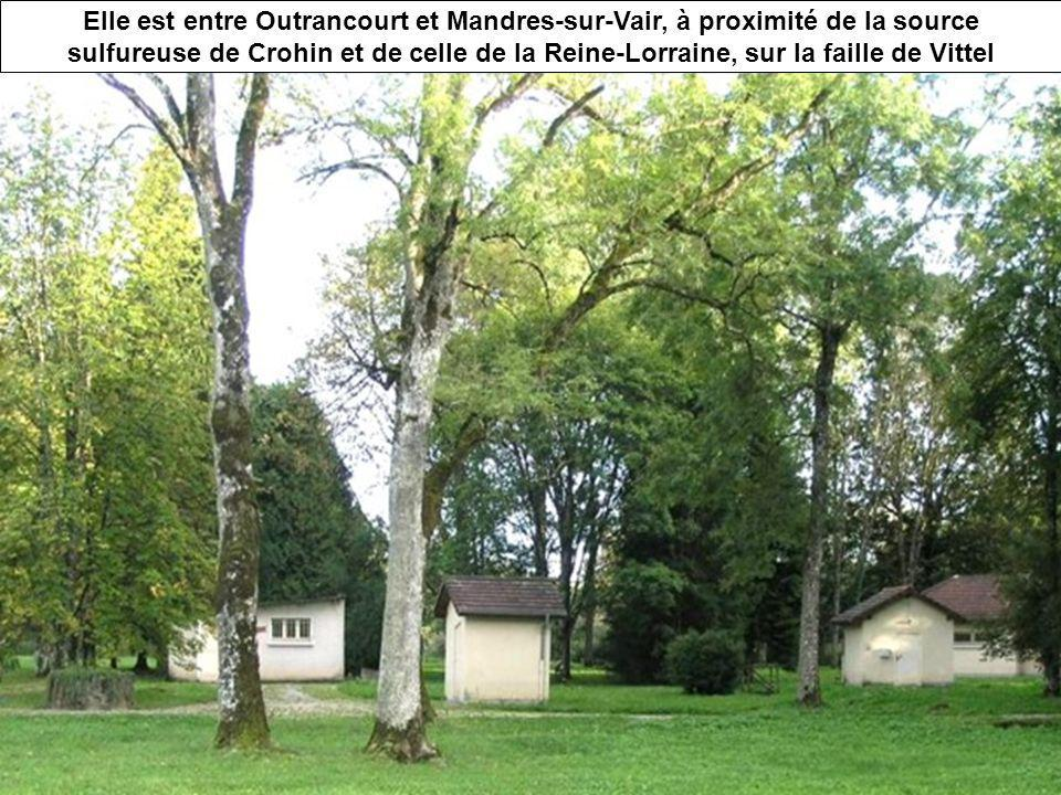 Elle est entre Outrancourt et Mandres-sur-Vair, à proximité de la source