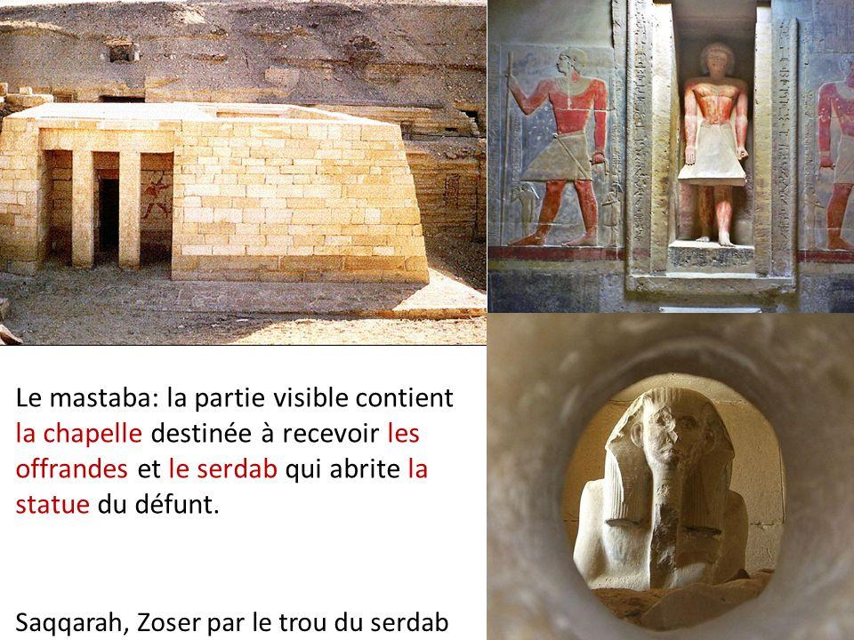 Le mastaba: la partie visible contient la chapelle destinée à recevoir les offrandes et le serdab qui abrite la statue du défunt.