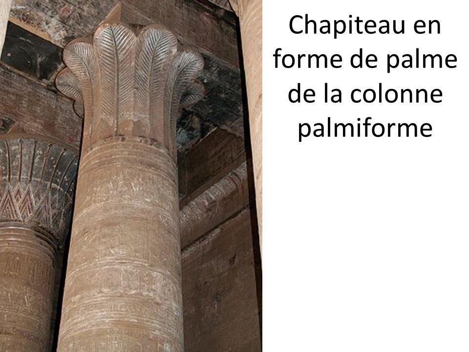 Chapiteau en forme de palme de la colonne palmiforme
