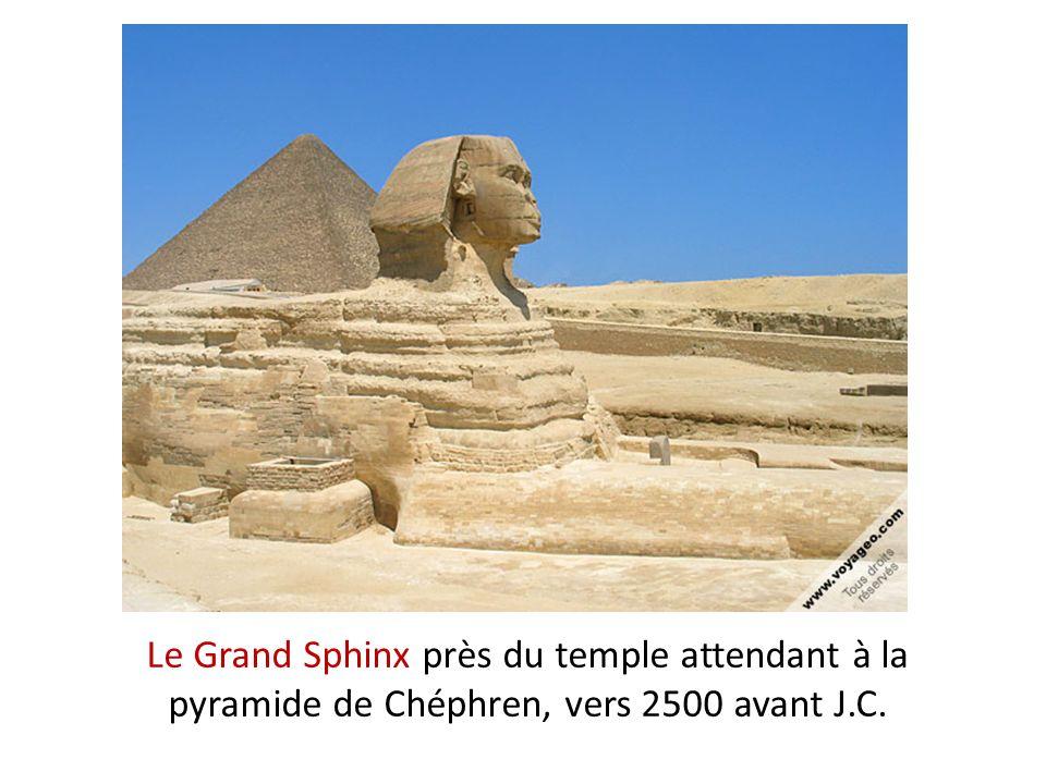 Le Grand Sphinx près du temple attendant à la pyramide de Chéphren, vers 2500 avant J.C.