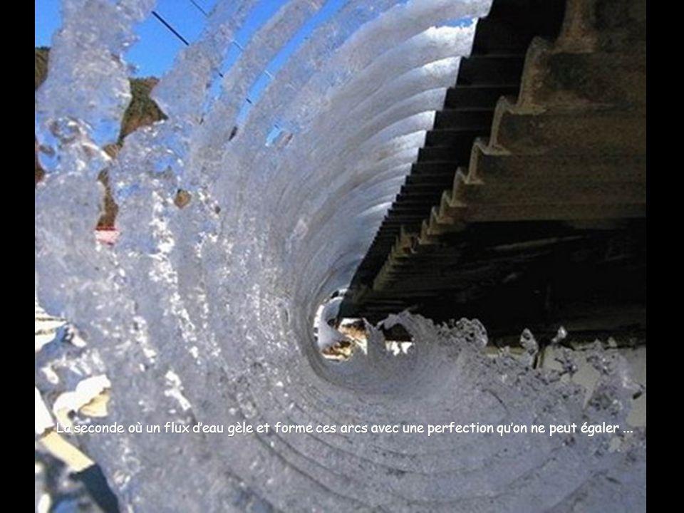 La seconde où un flux d'eau gèle et forme ces arcs avec une perfection qu'on ne peut égaler ...