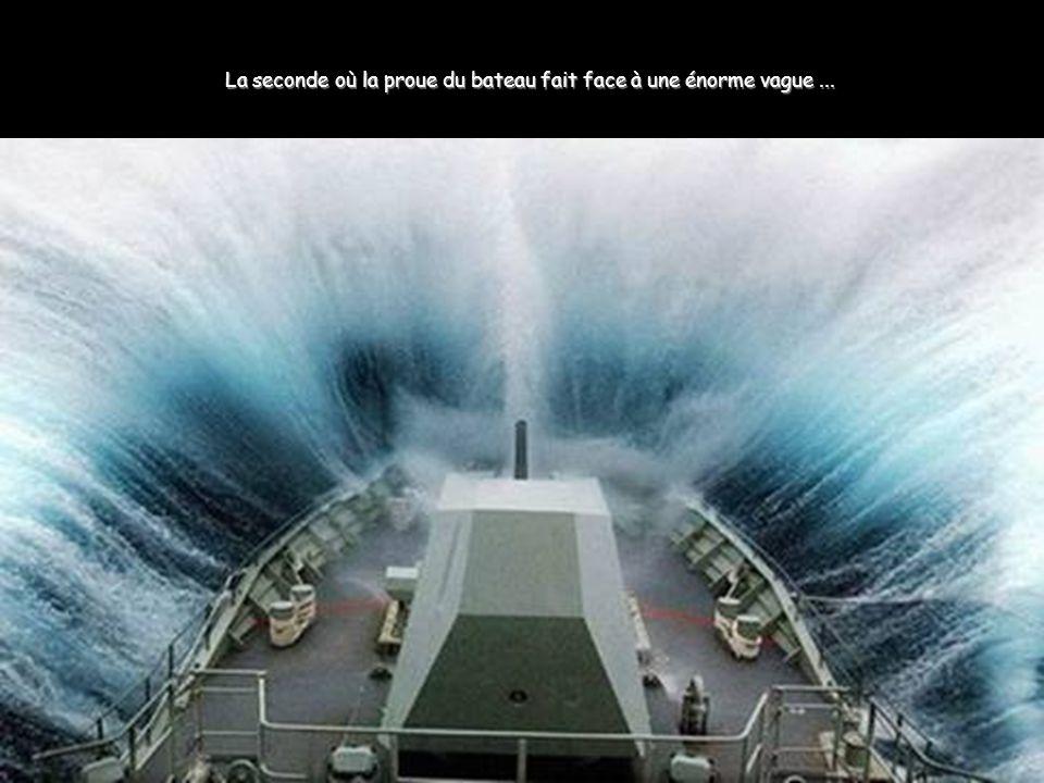 La seconde où la proue du bateau fait face à une énorme vague ...