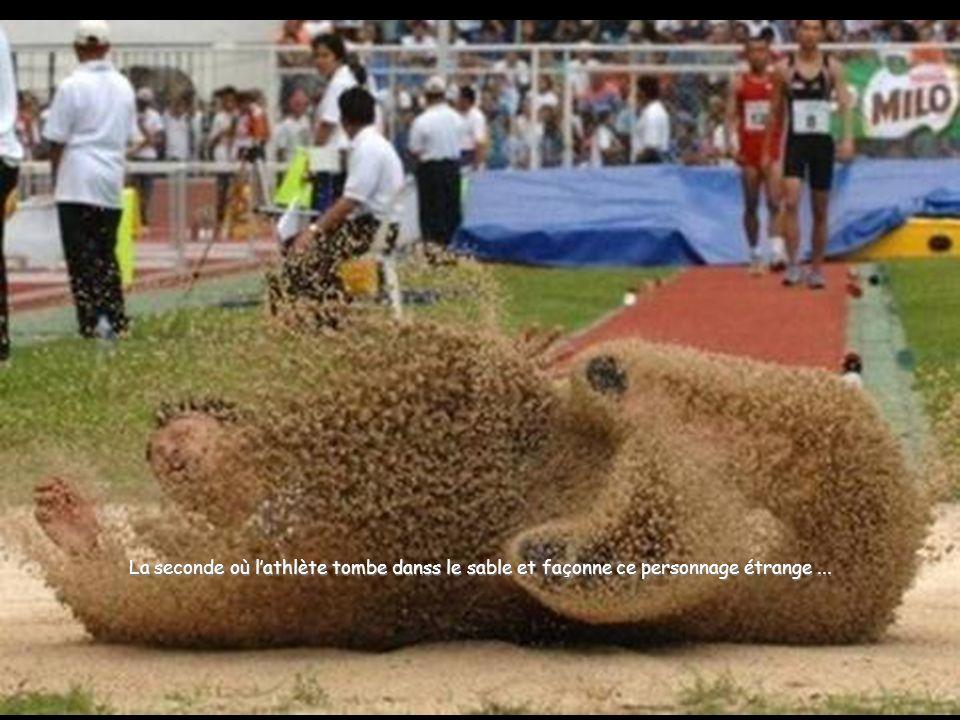 La seconde où l'athlète tombe danss le sable et façonne ce personnage étrange ...
