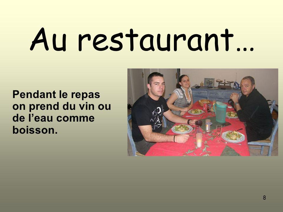 Pendant le repas on prend du vin ou de l'eau comme boisson.