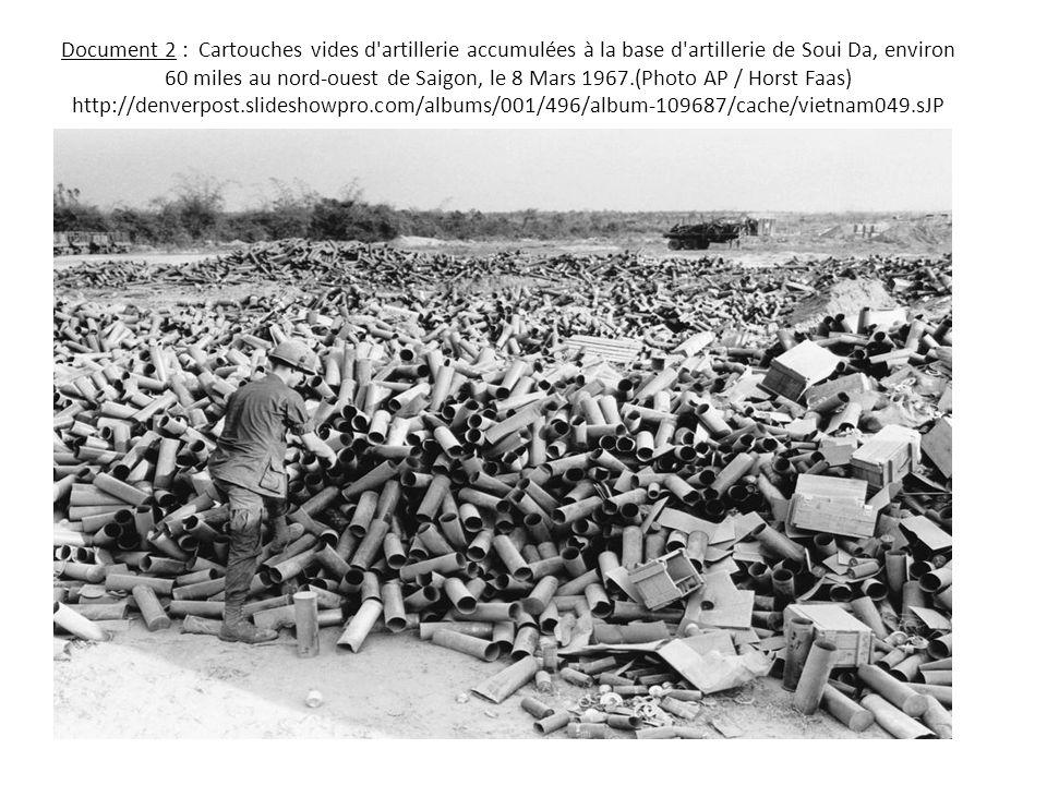 Document 2 : Cartouches vides d artillerie accumulées à la base d artillerie de Soui Da, environ 60 miles au nord-ouest de Saigon, le 8 Mars 1967.(Photo AP / Horst Faas) http://denverpost.slideshowpro.com/albums/001/496/album-109687/cache/vietnam049.sJP