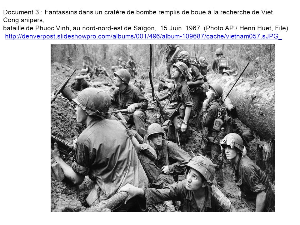 Document 3 : Fantassins dans un cratère de bombe remplis de boue à la recherche de Viet Cong snipers,