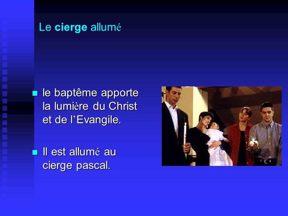 Le cierge allumé le baptême apporte la lumière du Christ et de l'Evangile.