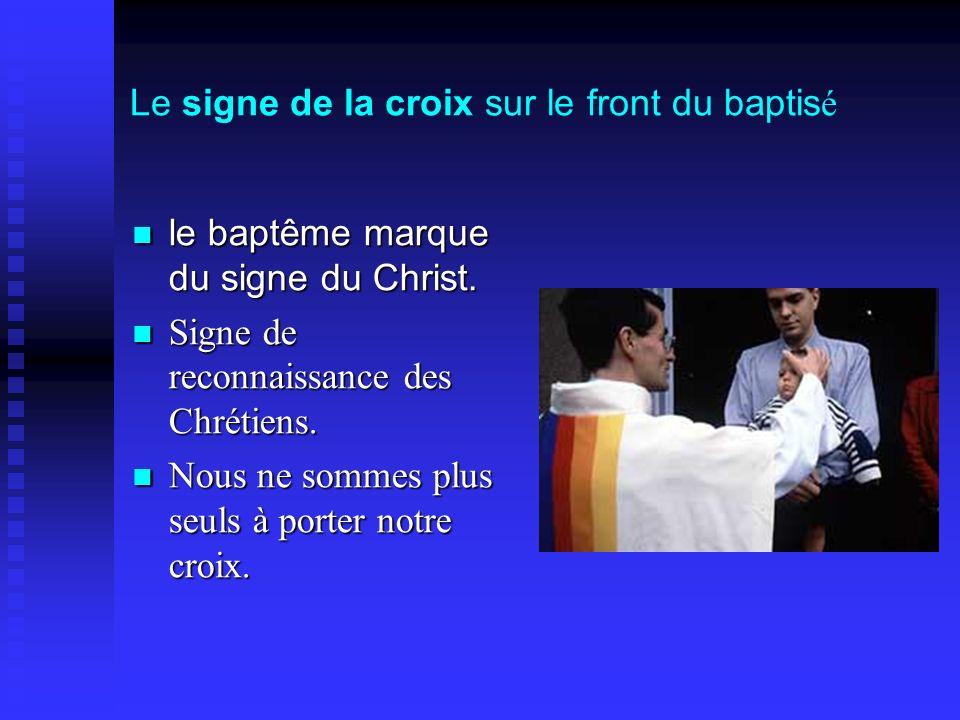 Le signe de la croix sur le front du baptisé